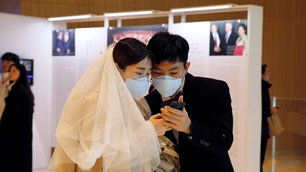 Một cặp đôi đeo khẩu trang tại lễ cưới ở Gapyeong, Hàn Quốc hôm 7/2. Ảnh: Reuters.