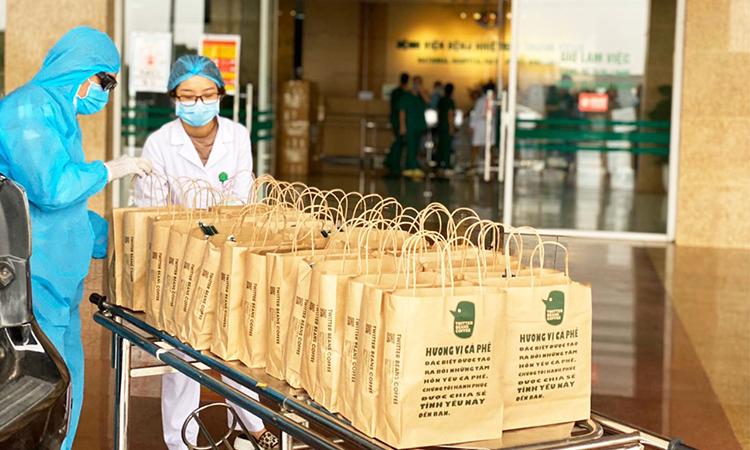 Những cốc cà phê và trà nóng được gửi tới các y bác sĩ tại Bệnh viện Viện Nhiệt đới TW cơ sở 2 mỗi ngày. Chương trình của quán cà phê này dự định gửi 10.000 cốc cà phê với 10.000 lời nhắn động viên tới các y bác sĩ trong dịch Covid-19. Ảnh: Thủy Nguyễn.