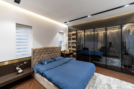 Ngôi nhà sau khi cải tạo mang vẻ ngoài hấp dẫn theo phong cách tân cổ điển. Các chi tiết nội thất thể hiện qua các mảng tường, trần, hình khối cân đối. Tại phòng ngủ, kiến trúc sư bố trí hệ tủ âm kính lớn, đáp ứng sở thích mua sắm riêng.