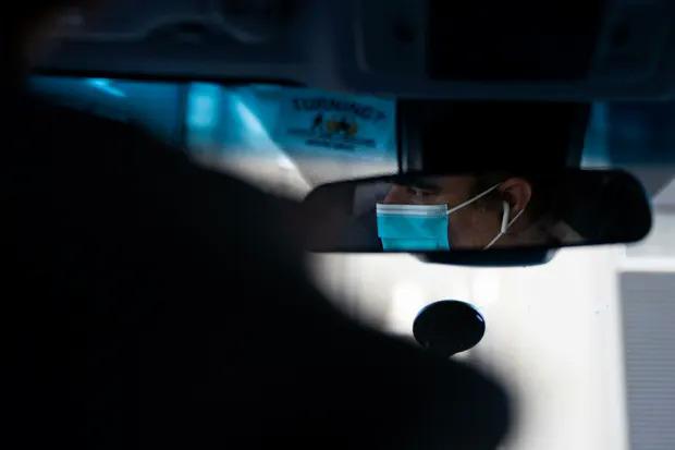 Một tài xế Uber ở San Francisco đeo khẩu trang khi làm việc. Ảnh: Reuters.