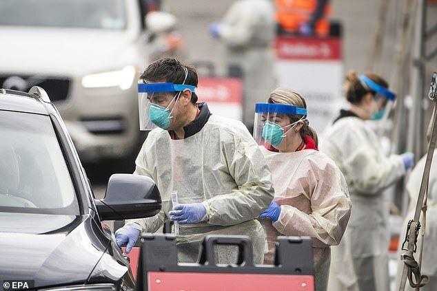 Nhân viên y tế có nguy cơ cao nhiễm nCov. Ảnh: EPA.