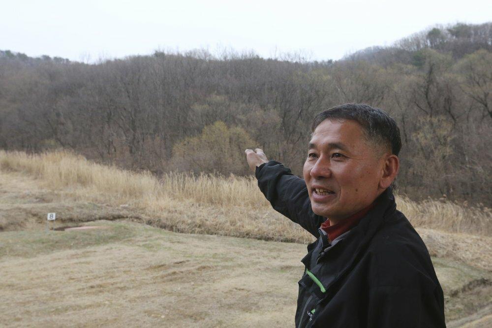 Mảnh đất ông Kim muốn bán ủng hộ các gia đình chịu ảnh hưởng bởi Covid-19. Ảnh: AP.