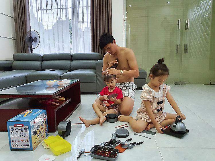 Anh Hổ chăm sóc hai con gái trong thời gian tránh dịch. Ảnh: Phương Thảo.