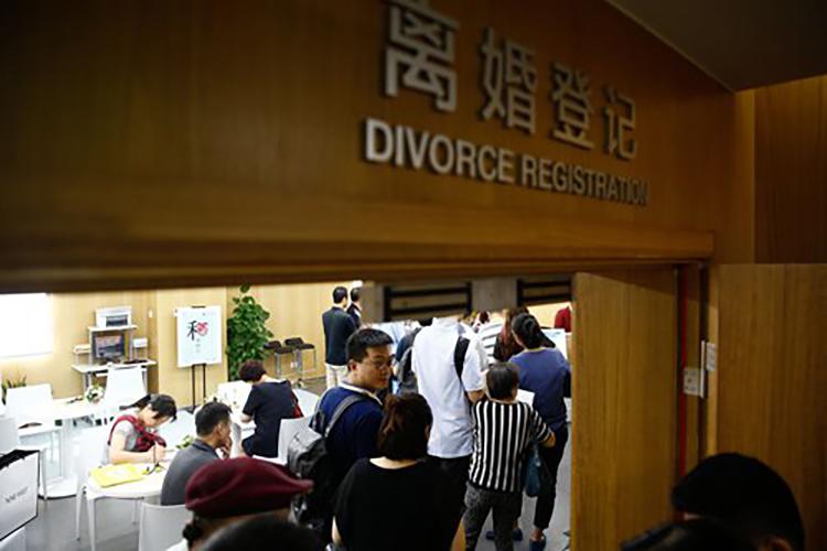 Ngay khi các lệnh phong tỏa được dỡ bỏ, lượng đơn xin ly hôn tăng vọt ở Trung Quốc. Ảnh: Global Times.