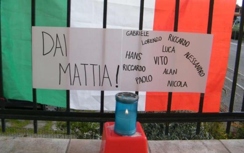 Ngọn nến trong thành phố thắp lên cầu nguyện cho Mattia.Ảnh:Corriere.