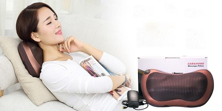 Gối massage hồng ngoạiPillow 8028 cóthiết kế hiện đại, dễ sử dụng. Sản phẩm trang bị với 8 quả cầu lắp trong, massage xoa bópcơ và huyệt nhằmgiảm đau, căng cơ,xua tan mệt mỏi. Bảng điều khiển giúp dễ dàng điều chỉnh chế độ massage. Ngoài ra gối còn có chức năng sưởi nóng bằng tia hồng ngoại. Thiệt bịđang giảm 22% trên Shop VnExpress, còn 255.000 đồng(giá gốc 325.000 đồng).