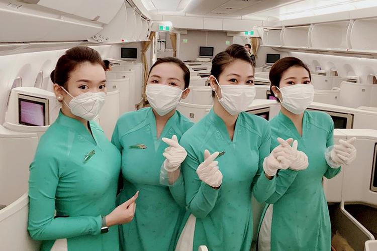 Phương Ly (thứ hai từ phải sang) cùng đồng nghiệp trên chuyến bay ngày 10/3. Ảnh: Nhân vật cung cấp.