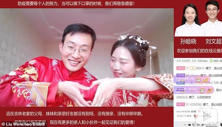 Đám cưới của vợ chồng thầy giáo Liu phát trực tuyến, thu hút hơn 3 triệu người xem. Ảnh: Liu Wenchao.