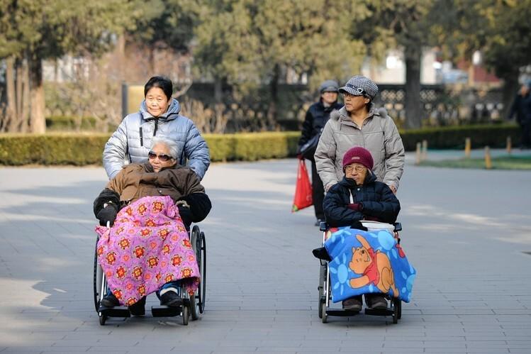 Khi cha mẹ ở tuổi cao niên, con cái cũng không còn như thời thanh niên. Ảnh: WSJ.
