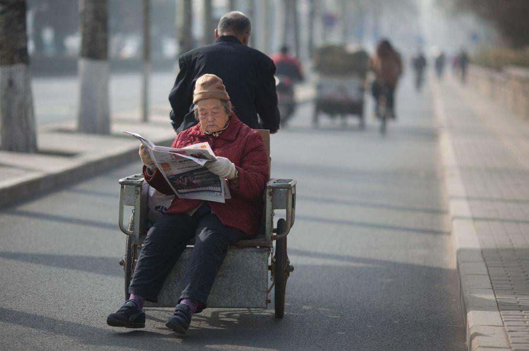 Chăm sóc cha mẹ già không nhất thiết phải là tiền bạc, vật chất, đôi khi chỉ đơn giản là dành thời gian, thể hiện sự yêu thương. Ảnh: Toronto Star.