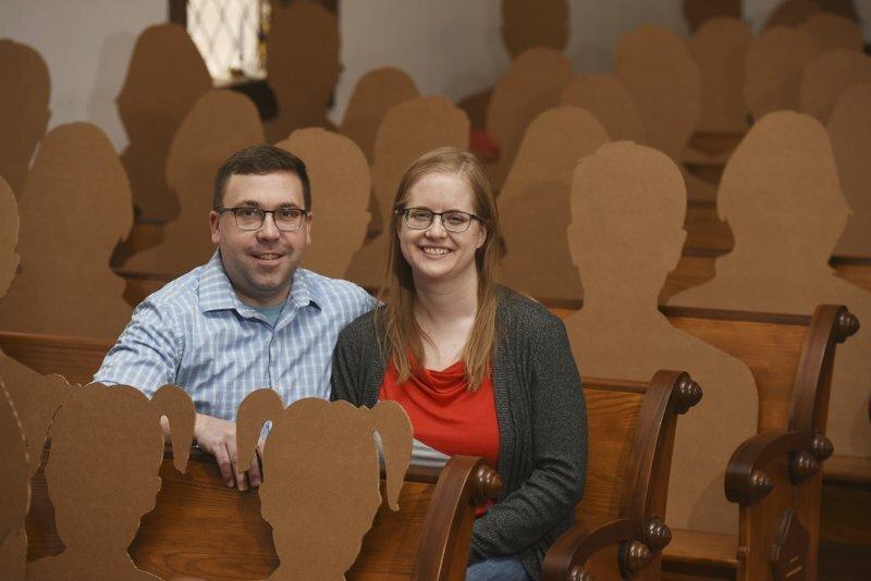Dan Stuglik và Amy Simonson tại nhà thờ hôm 31/3. Hai người đã tổ chức đám cưới hôm 4/4 với sự tham dự của 100 khách mời bìa các-tông. Ảnh: AP.