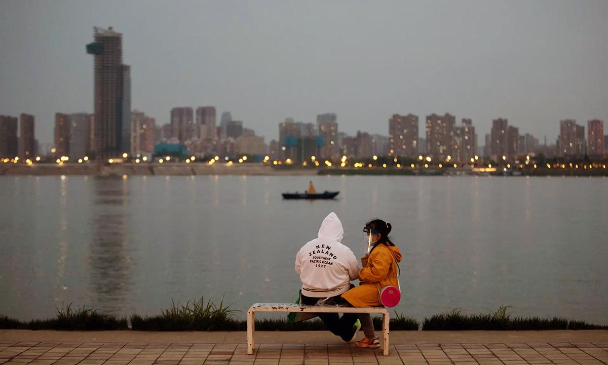 Một số người vẫn còn khá rụt rè khi ra ngồi ở hồ Đông. Ảnh: