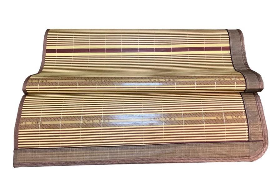 Chiếu trúc loại gập làm từ chất liệutre tự nhiên được xử lý kỹ trên dây chuyền công nghệ cao, có màu sắc đẹp. Mặt sau chiếu làm từ mây tổng hợp, không bị mốc, tránh côn trùng xâm nhập. Chiếu cây kẻ ép có thể dùng quanh năm. Sản phẩm có viền vải dày có in hoa văn trang nhã. Chiếu đan xen kẽ với hai màu chủ đạo là vàng nhạt và nâu, kết hợp với những sợi sóng dài, nằm theo chiều ngang. Thiết kế gập hai lần gọn nhẹ, dễ sử dụng. Thanh trúc mịn, sờ mát tay. Sản phẩm có giá 380.000 đồng.