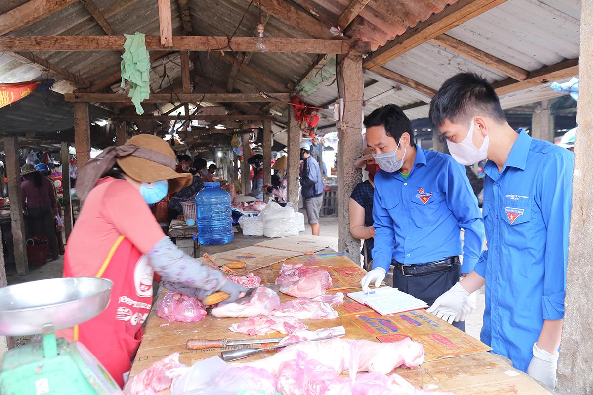 Xã đoàn Triệu Phước triển khai các đội thanh niên đi chợ giúp người dân. Ảnh: Hoàng Táo