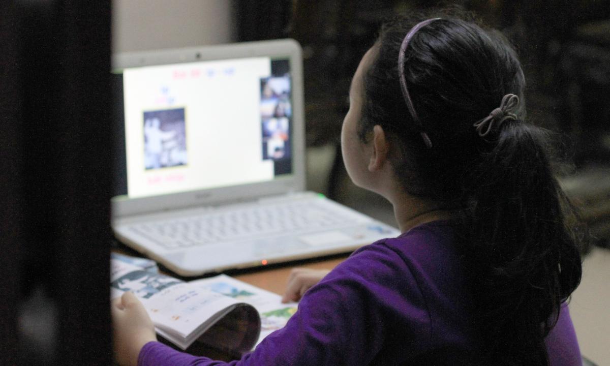 Đã xuất hiện những tin nhắn quấy rối hoặc kẻ xấu xâm nhập ứng dụng học online đánh cắp thông tin cá nhân người dùng. Phụ huynh cần theo sát con, để kịp thời bảo vệ con. Ảnh minh hoạ: P.D.