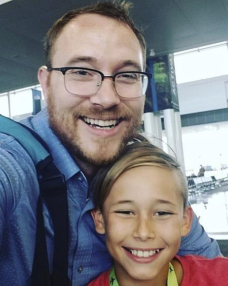 T.J. Sjostrom đang rất sốt ruột vì vợ cũ không cho cậu con trai 10 tuổi về với anh khi cô bị cách ly. Ảnh chụp hai bố con selfie hồi tháng 7/2019. Ảnh: AP.