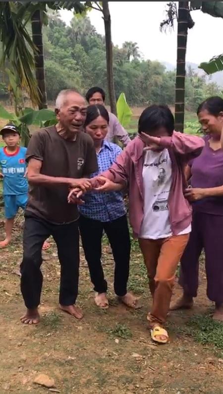 Ông Hoạt xúc động cầm tay con gái trong ngày đoàn tụ sau 24 năm xa cách. Ảnh:Trần Lê Dũng.