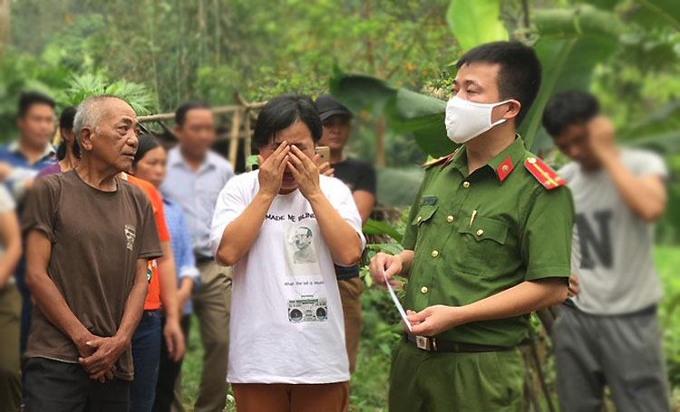 Chị Chiến (áo trắng) xúc động khi được công an, chính quyền các cấp thăm hỏi động viên. Ảnh:Trần Lê Dũng.
