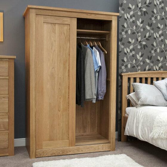 Tủ quần áo cửa lùa IBIE SDR1O gỗ sồi 1 m giảm 35% còn 11,99 triệu đồng, làm từ chất liệu gỗ sồi trắng Mỹ nhập khẩu cùng thiết kế theo phong cách châu Âu sang trọng. Tủ được gia công tỉ mỉ, trau chuốt từng chi tiết. Nội thất tủ gồm một khoang treo đồ rộng rãi và một ngăn kệ bên trên hoặc dưới để quần áo gấp gọn. Thiết kế cánh lùa giúp tiết kiệm không gian, phù hợp với phòng ngủ nhỏ. Tủ được làm từ gỗ sồi trắng Mỹ nhập khẩu, đã qua xử lý chống cong vênh mối mọt và chế tác hoàn toàn thủ công bởi những người thợ mộc lành nghề. Toàn bộ bề mặt được sơn PU cao cấp, vừa giữ nguyên được vẻ đẹp của vân gỗ, vừa bảo vệ sản phẩm lâu dài trong các điều kiện khí hậu khác nhau.