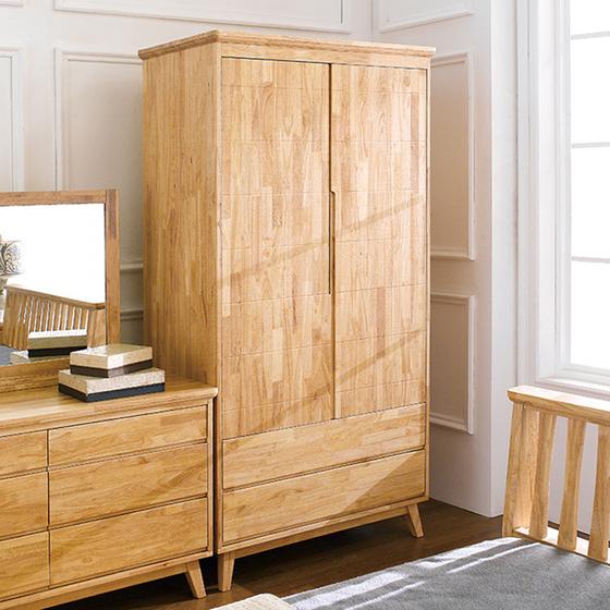 Tủ quần áo Ixora gỗ cao su 1m - Cozino - Vàng - Khác 14.760.000đ 9.590.000đ (-35%)  - Chất liệu gỗ cao su loại A đã qua xử lý. Tuyệt đối không có MDF,HDF,MFC - Hoàn thiện từ trong ra, không lộ vết đầu đinh nào bên ngoài. - Kết cấu mộng chắc chắn, an toàn, sử dụng lâu bền - Sơn PU cao cấp giữ nguyên vẻ đẹp của vân gỗ, tác dụng chống ẩm, hạn chế trầy xước Rất trang nhã và tiện dụng, Tủ quần áo Ixora gỗ tự nhiên của COZINO là sự lựa chọn hoàn hảo cho phòng ngủ của bạn với phong cách đơn giản hiện đại, cùng đặc trưng chung của bộ sưu tập gỗ tự nhiên Canna với mặt ngăn kéo và các pano cánh phẳng kết hợp với các đố khung chân tủ được bo tròn góc, tay nắm khoét lõm thẩm mỹ tạo cảm giác tươi sáng vui vẻ. Tủ được thiết kế với khả năng lưu trữ lớn và phân loại quần áo tiện dụng với một ngăn treo quần áo trên và hai ngăn kéo lớn phía dưới.  Tủ quần áo Ixora gỗ tự nhiên là một phần của Bộ sưu tập gỗ cao su Ixora, bạn có thể tham khảo mua thêm các sản phẩm trong cùng bộ sưu tập để có một không gian nội thất hoàn chỉnh và đồng bộ cho căn nhà của bạn.