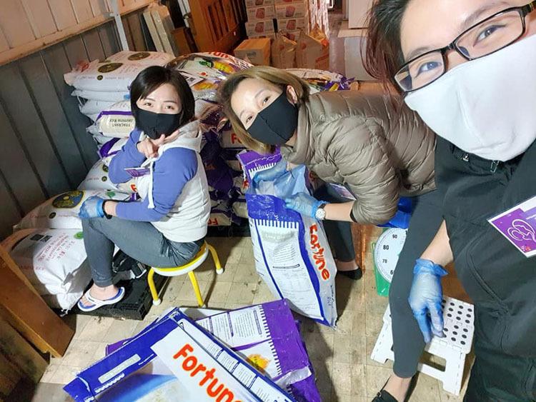 Các thành viên của nhóm Mẹ Việt tại Úc căn cứ vào số thành viên trong các gia đình để tặng gạo, mỳ và nhu yếu phẩm. Họ ưu tiên những người neo đơn, mẹ bỉm sữa, những người thất nghiệp, không phân biệt loại visa. Ảnh Katina Vũ.