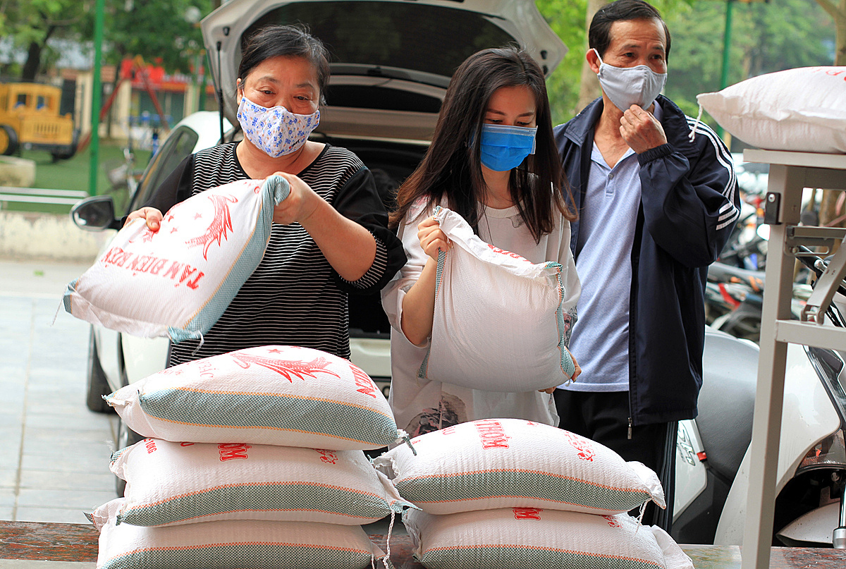 Ông Tòng và vợ con ủng hộ gạo cho người nghèo. Tôi sẽ tiếp tục hỗ trợ khi mở thêm các điểm phát gạo miễn phí khác, ông cho hay. Ảnh: Phan Dương.