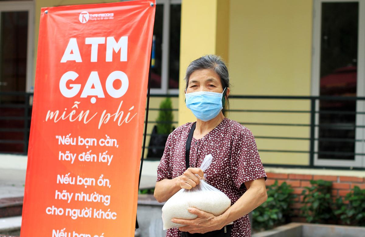 Mỗi ngày mỗi người dân sẽ được tặng 3kg gạo từ ATM gạo miễn phí. Ảnh: Phan Dương.