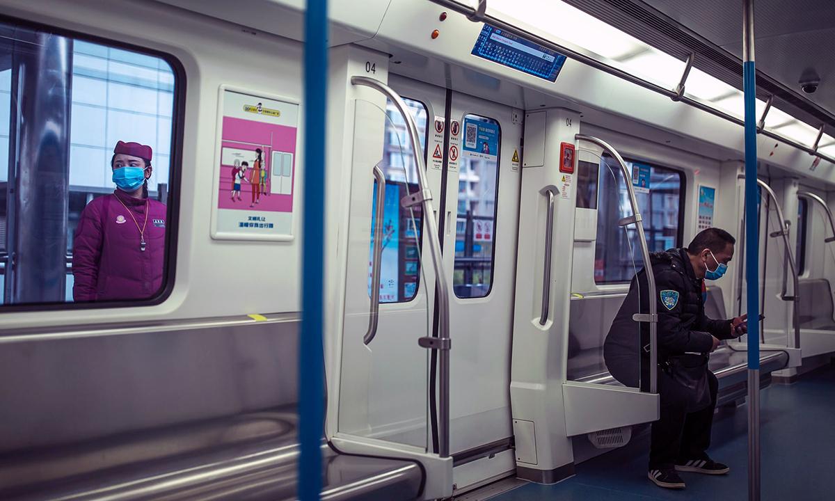 Ngày 28/3, các tuyến tàu điện ngầm ở Vũ Hán được khôi phục hoạt động sau 2 tháng phong tỏa. Ảnh: Guardian.