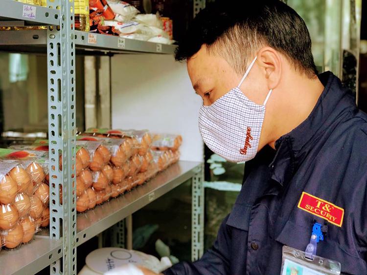 Anh Nguyễn Văn Hùng, đang làm bảo vệ tại một công ty tư nhân ở Hà Nội, đến siêu thị 0 đồng mua hàng. Ảnh: Hải Hiền.