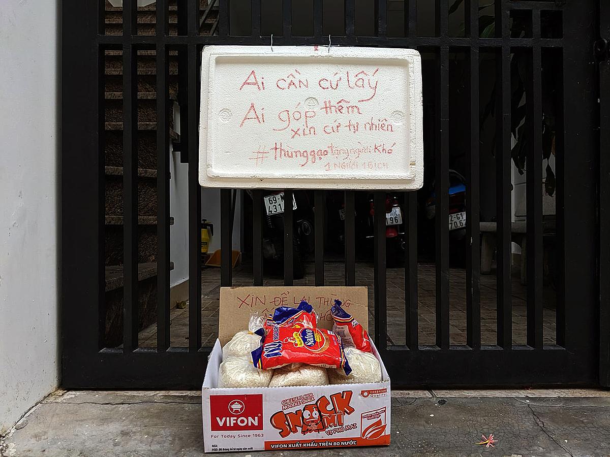 Cái thùng tốt bụng đặt trước cửa nhà chị Hoàng Thu ở ngã tư Hàng Xanh, quận Bình Thạnh. Ảnh: Hoàng Thu.