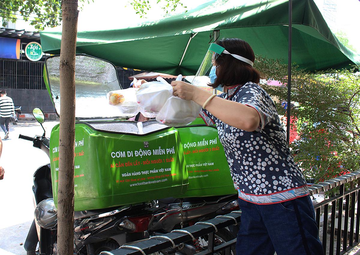 Khoảng 200 phần cơm đã được tình nguyện viên và những tài xế xe ôm chuyển tận tay đến người khó khăn. Ảnh: Diệp Phan.