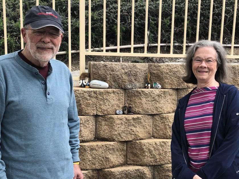 Robert Clarke và vợ bên những tác phẩm của họ.Ảnh: Kevin Baxter / Los Angeles Times.
