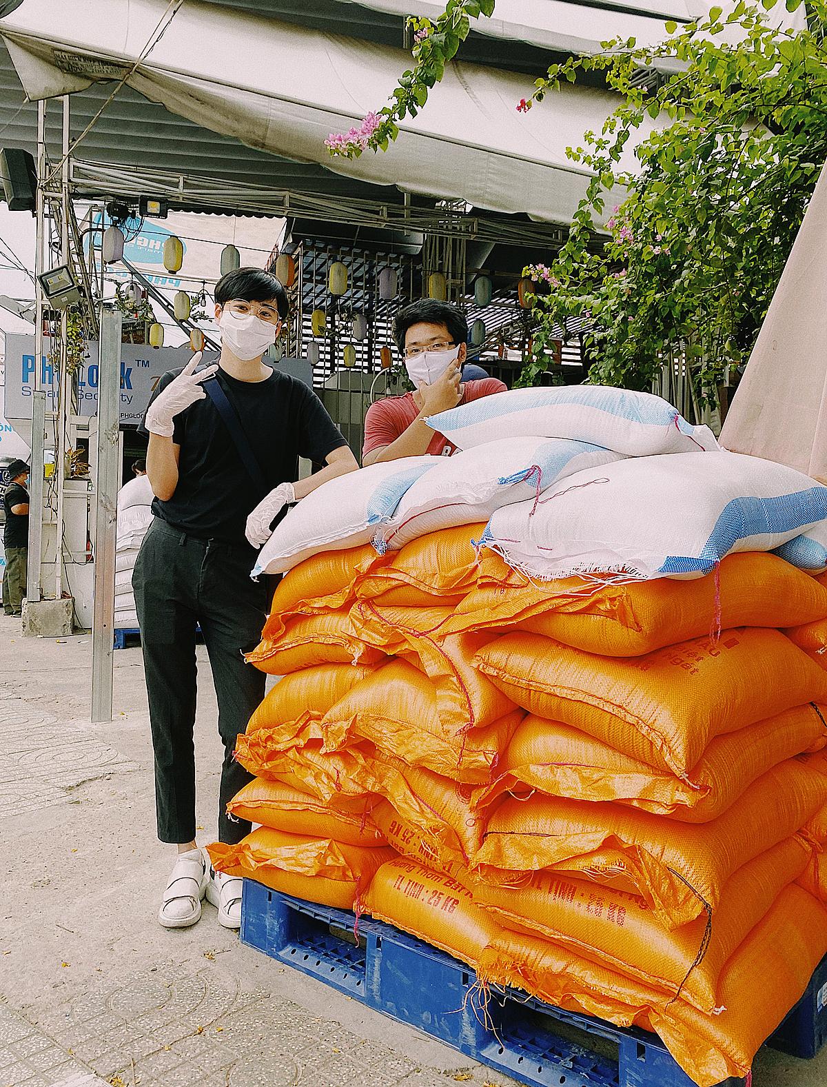 Chiều 17/4 Hiệp dùng số tiền sau 3 ngày bán tranh mua 1,2 tấn gạo ủng hộ vào cây ATM gạo ở quận Tân Phú. Ảnh: Đức Hiệp.