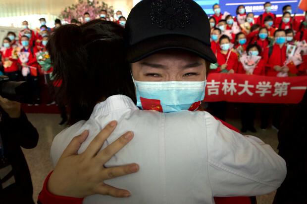 Người dân Vũ Hán hạnh phúc khi được gỡ phong tỏa sau 76 ngày. Ảnh: The Mercury News.