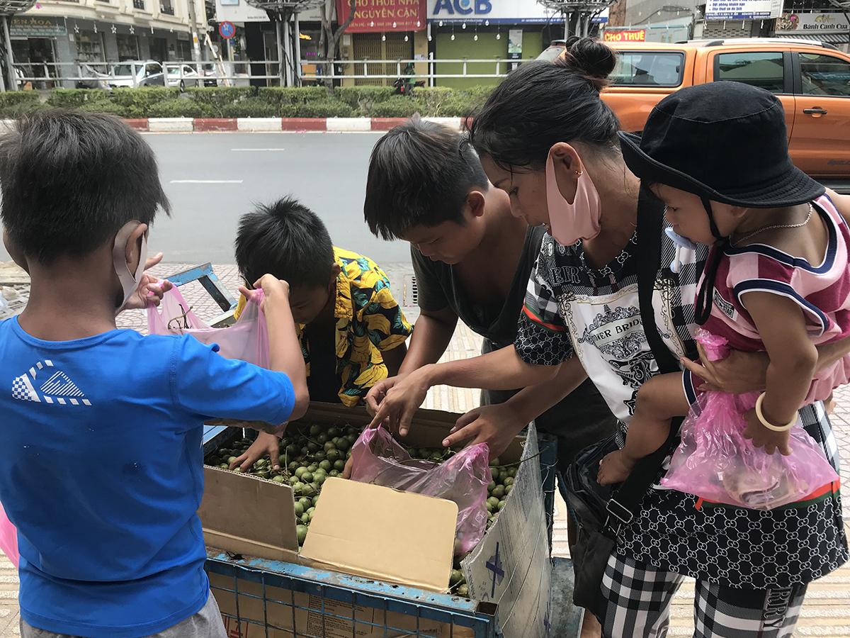 Không có vé số bán, mẹ con chị An chuyển sang bán trái cây để kiếm cơm qua ngày. Ảnh: K.A