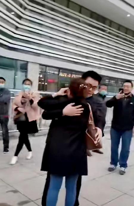 Diễm Lệ ôm chầm lấy con trai đẻ của mình là Quách Minh tại ga tàu. Ảnh: chinanews.