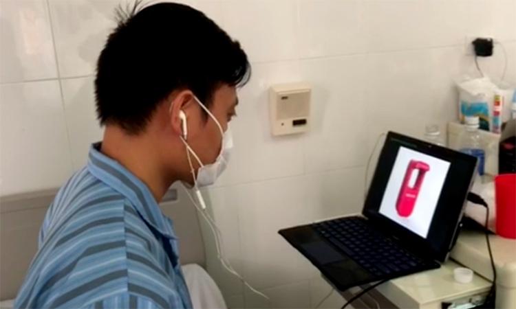 Anh Hàn Huy Dũng đang làm việc với nhóm chế tạo máy rửa tay không chạm tại Bệnh viện Viện Nhiệt đới trung ương cơ sở 2, Đông Anh, Hà Nội những ngày giữa tháng 4/2020. Ảnh: Nhân vật cung cấp.