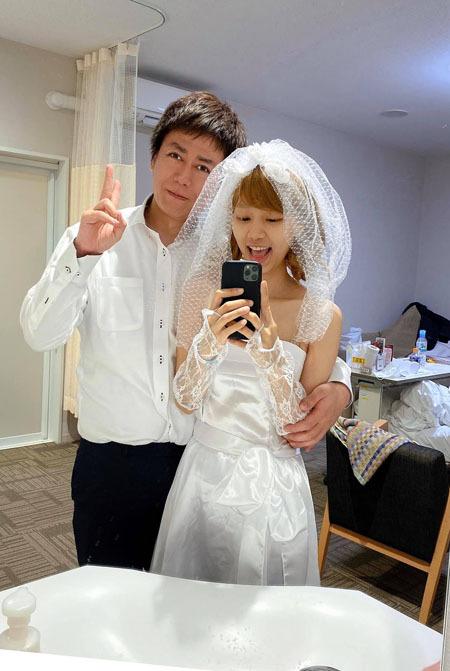 Cô gái Việt và bạn trai Nhật tổ chức một đám cưới nho nhỏ trong bệnh viện. Váy cưới mua ở siêu thị chứ không phải như tôi hằng mơ ước, khuôn viên tổ chức là phòng bệnh chật chội, không phải trong khu vườn tôi mong đợi, y tá thay cho bạn bè và người thân, nhưng tôi thấy mình hạnh phúc, cô nói. Ảnh: Nhân vật cung cấp.