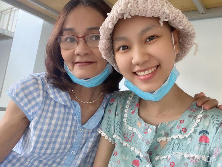 Minh Anh và mẹ bên giường bệnh. Vì sức khỏe cô không tốt nên mẹ được đặc cách vào chăm sóc. Ảnh: Nhân vật cung cấp.