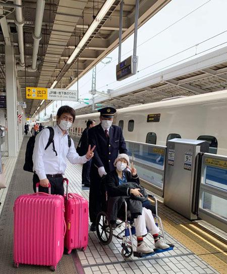 Ban trai (áo trắng) tiễn chân Minh Anh ở sân bay Tokyo. Ảnh: Nhân vật cung cấp.