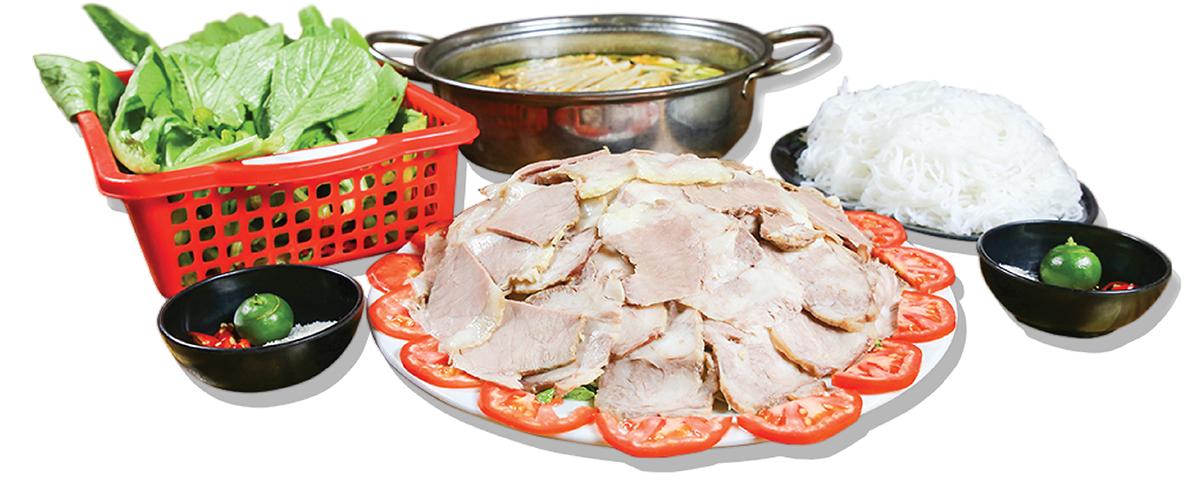 Lẩu gầu gáy bò được chế biến từ nước lẩu ninh xương tạo nên vị ngọt đậm đà mà tự nhiên, miếng thịt mỡ gầu được xắt rất mỏng để bảo đảm thực khách ăn sẽ thấy giòn, ăn kèm các loại rau đúng mùa và bún. Một set dành cho 4 người ăn có giá385.000 đồng.