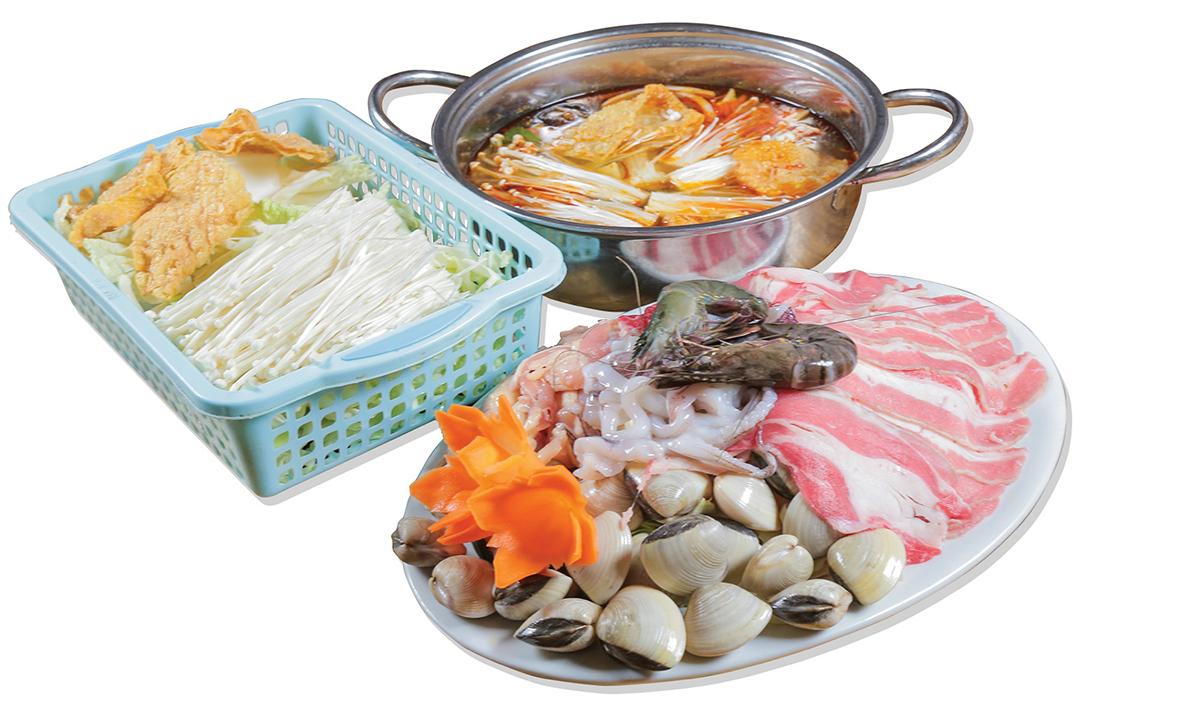 Lẩu Thái với nồi nước dùng vị chua chua cay cay ngọt ngọt được chế biến từ nước hầm, gừng, ớt và sa tế, tiêu, riềng, xả và lá chanh, hành tây, rau củ. Nhân lẩu đa dạng gồmthịt bò,thịt heo, hải sản, rau muống,cần tàu,cải thảo,cà rốt,nấm tuyết,.. Một set lẩu dành cho 3- 4 người ăn có giá385.000 đồng.