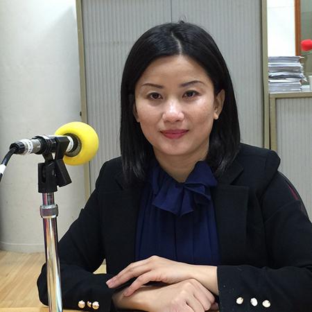 Chị Trang trả lời phỏng vấn một đài phát thanh của Đài Loan về niềm đam mê học tiếng Trung, vượt qua khó khăn trong cuộc sống cho cộng đồng người Việt ở đây. Ảnh: Nhân vật cung cấp.