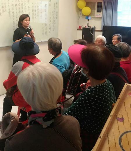 Chị Xuân Trang tham gia giảng dạy về phúc lợi cho người già tại thành phố Tân Bắc, Đài Loan. Ảnh: Nhân vật cung cấp.