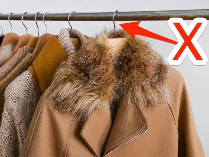 Giá treo quần áo cũng gây khó chịu cho thị giác. Ảnh: BI.