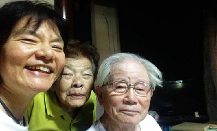 Nữ đạo diễnNaoko Nobutomo bên cha mẹ của mình: Ảnh:kokocara.