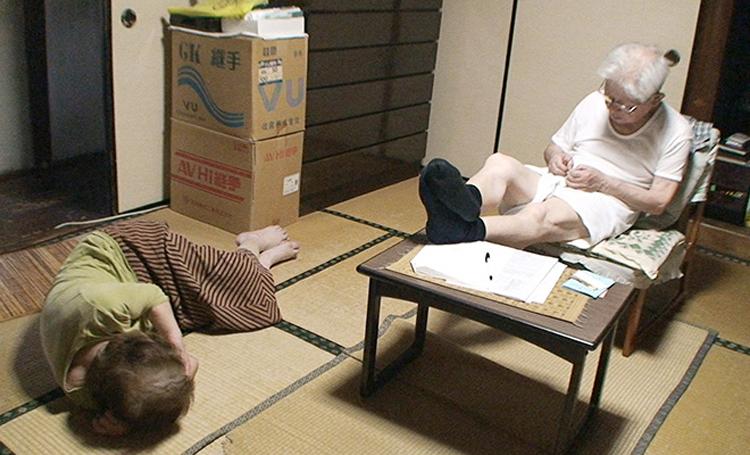 Khi mắc chứng bệnhAlzheimer, mẹ của Naoto có thể nằm ngủ khắp mọi nơi. Ảnh:kokocara.