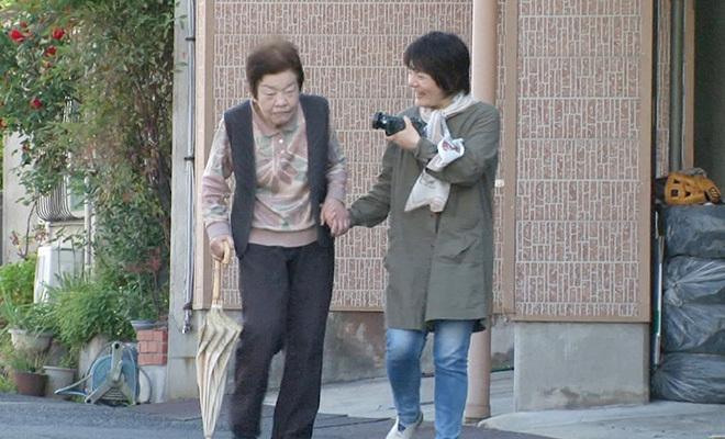 Đạo diễnNaoko Nobutomo ghi lại hành trình lão hóa và mất trí nhớ của người mẹ trong suốt 15 năm. Ảnh:kokocara.
