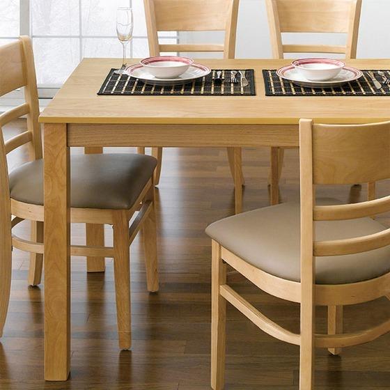 Bộ bàn ăn gồm bốn ghế Cabin Cozino làm từ chất liệu gỗ cao su tự nhiên loại A đã qua xử lý.Sơn PU trên bề mặt giúp giữ nguyên vẻ đẹp của vân gỗ, có tác dụng chống ẩm, hạn chế trầy xước trong quá trình sử dụng, vận chuyển.Kết cấu bàn ghế chắc chắn, an toàn, sử dụng lâu bền.Nguyên liệu gỗ cao su còn có tác dụng chống cong vênh, mối mọt. Ghế có nệm dày, vỏ bọc nệm simily tạo cảm giác êm ái, thoải mái cho người ngồi. Bộ sản phẩm có giá 3,19 triệu đồng, giảm 35% so với giá gốc.