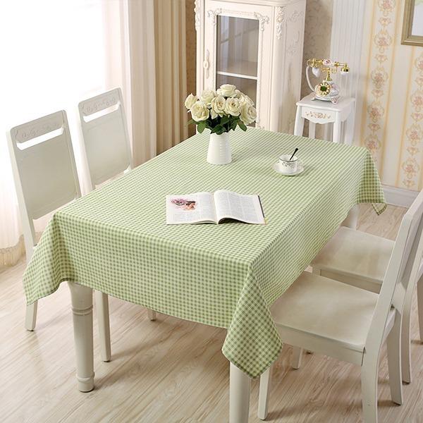 Khăn trải bàn caro xanh lá KB30 có kích thước 140 cm x 180 cm. Khăn làm từ chất liệu vải canvas, không mùi, không thấm nước và không phai màu sau nhiều lần giặt. Hoa văn caro xen kẽ trắng và xanh lá nhạt thanh mát, trang nhã. Sản phẩm có giá 260.000 đồng.